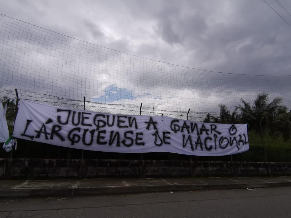 HINCHADA DE NACIONAL RECLAMA FÚTBOL Y RESULTADOS